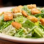 Cezar salata sastojci, preliv, recept sa piletinom, tunom, rukolom